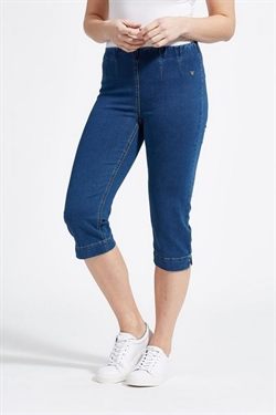 LauRie GUSTI Capri Jeans i farven MEDIUM BLUE DENIM, pasform SLIM, model Naomi